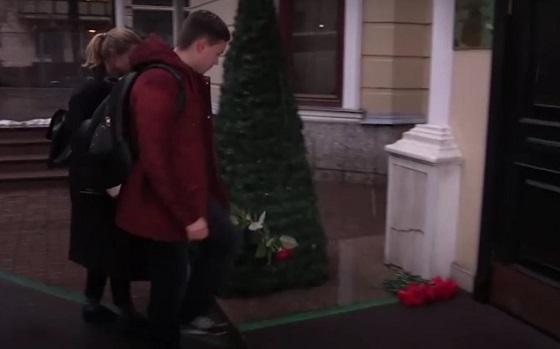 Новости России: к представительству Петербурга в Москве несут цветы в память о жертвах теракта