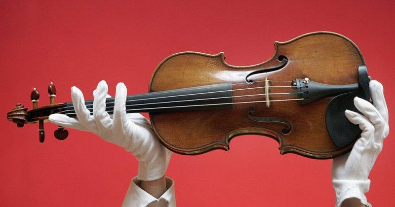 Москвич нашел среди тетушкиного хлама скрипку Страдивари