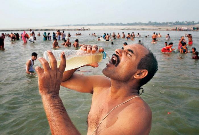 Паломники считают воду из реки Ганг священной и пьют ее во время религиозных праздников.