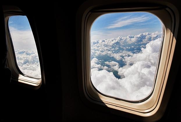 Этот парень решил открыть окно в самолете и у него это получилось!
