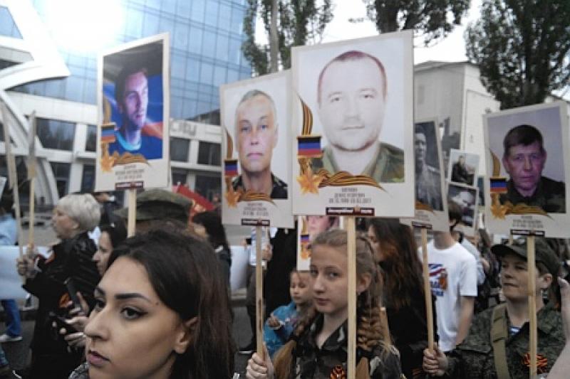 В Бессмертном полку Донбасса – Герои ДНР. Во главе колоны - портреты Моторолы и Гиви