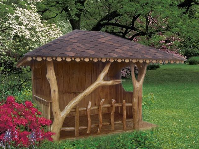 Необычная беседка на даче со стволами деревьев.