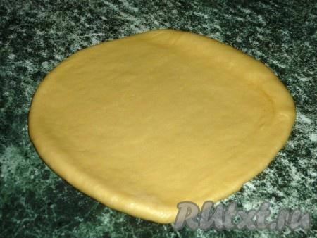 Тесто делим на две части. Каждую часть теста раскатываем в лепёшку.