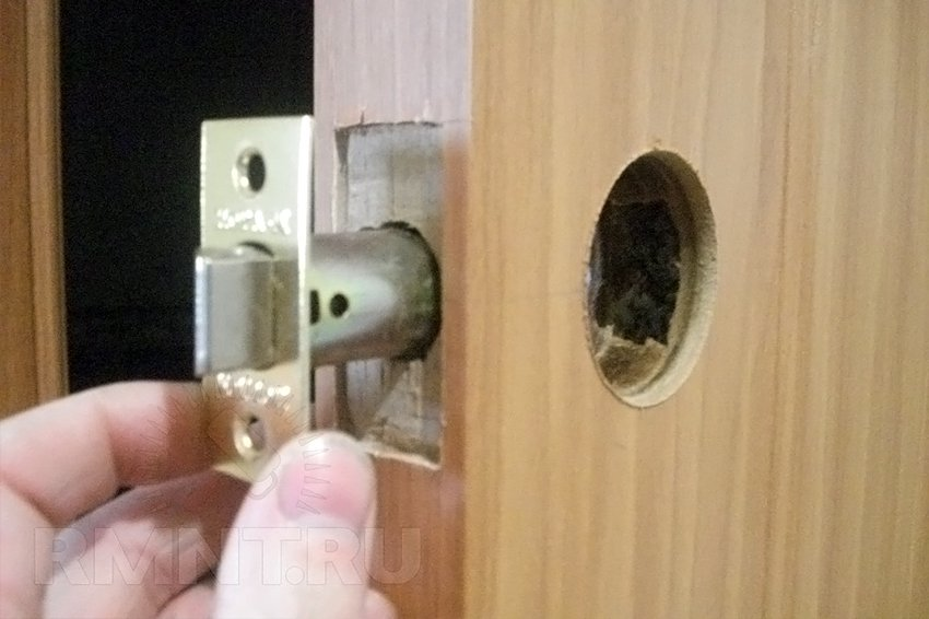 Установить ручки в межкомнатную дверь своими руками