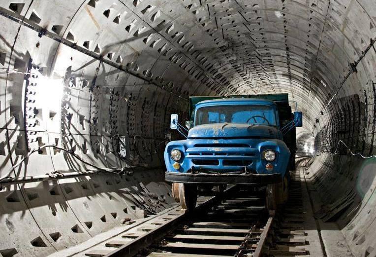 Грузовик ЗИЛ-130 на строительстве Киевского метрополитена