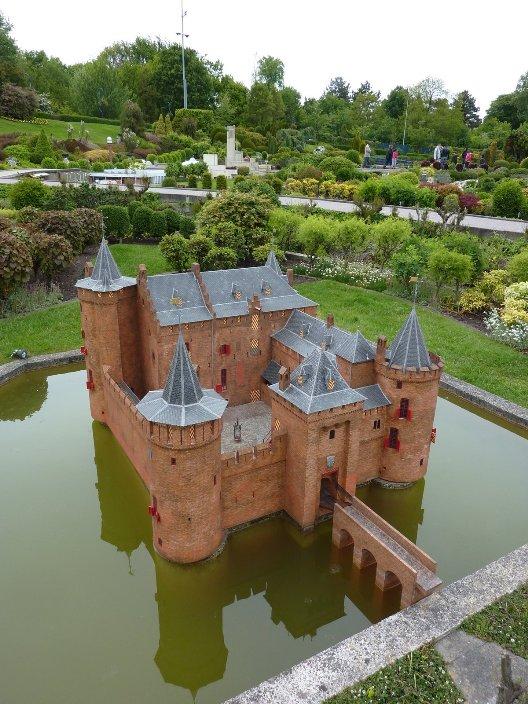 Миниатюра замка в городе Muiden. Парк Мадюродам. Фото