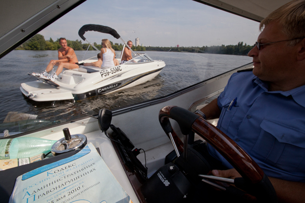управление моторной лодкой правильно