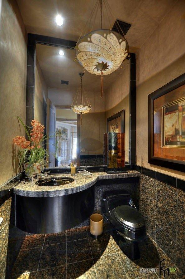 Красивая люстра в туалете