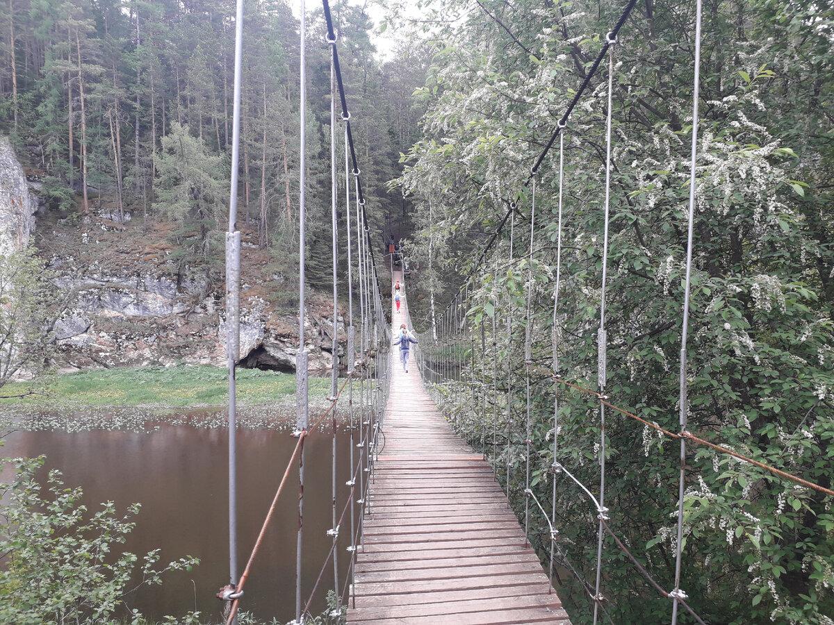 Верёвочный мост для перехода к карстовому мосту на другую сторону Серги. Фото автора.