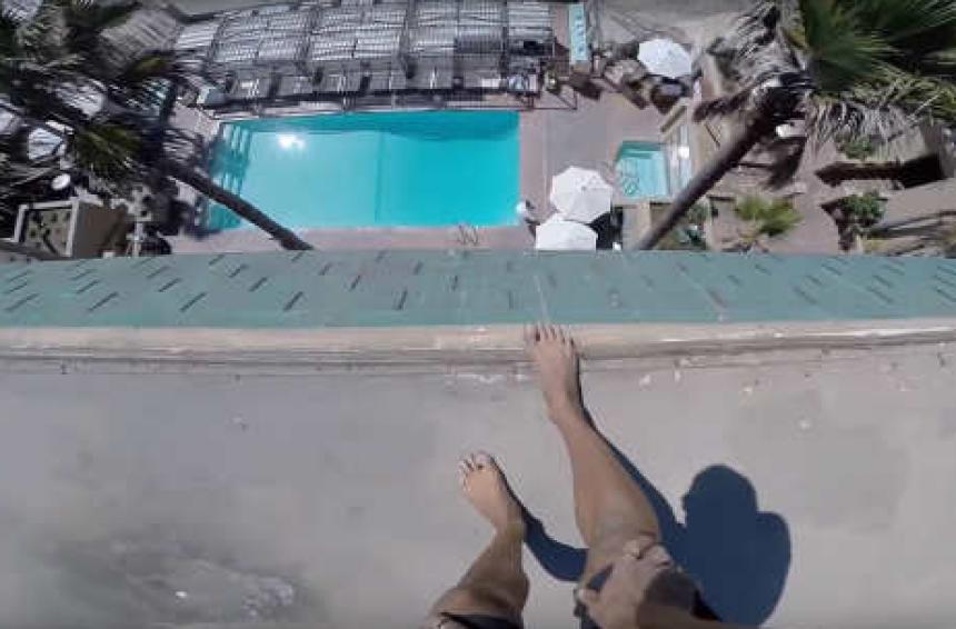 Экстремал снял на видео свой прыжок в бассейн с крыши 5-этажного отеля