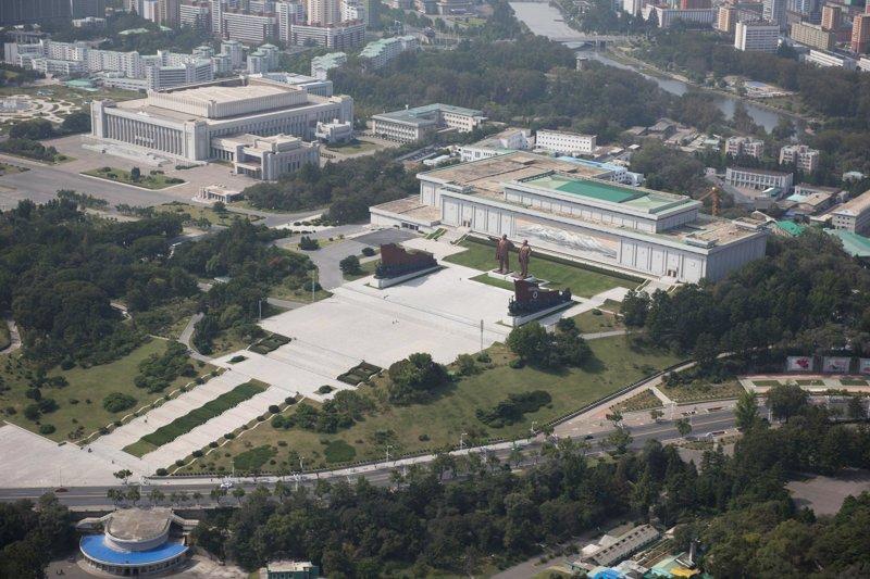 На холме Мансу установлены статуи двух предыдущих лидеров страны, президента-основателя Ким Ир Сена и его сына, Ким Чен Ира Арам Пан, Пхеньян, видео, красота, редкие кадры, с высоты, фотограф