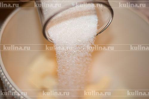 В миску положить размягченное сливочное масло (просто заранее подержать его при комнатной температуре), всыпать сахарный песок.