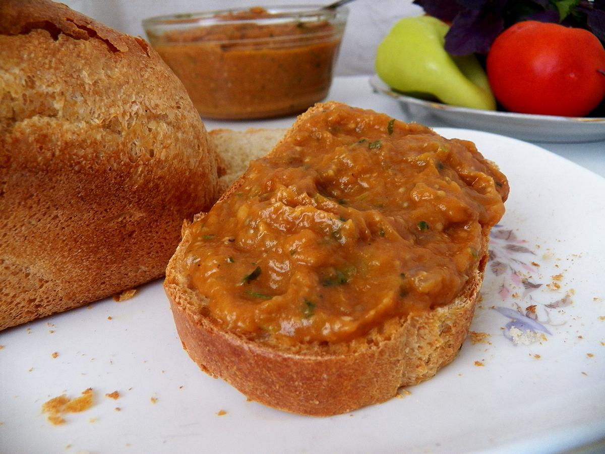 Рагу и икра из запеченных баклажанов и перцев с томатной пастой