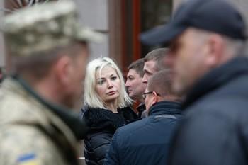 Максакова на отпевании Вороненкова упала на колени перед его гробом