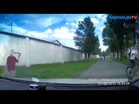 Автомобилист догнал велохруста на тротуаре