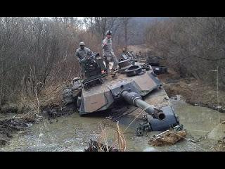 Американский танк АБРАМС застрял в грязи