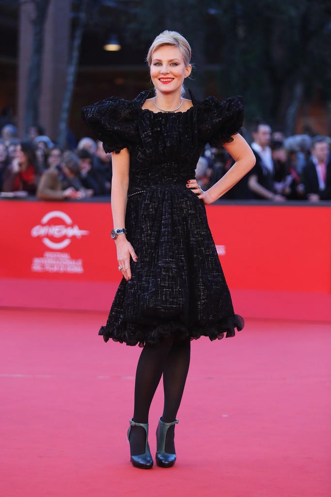 Рената Литвинова в черном платье с рюшами