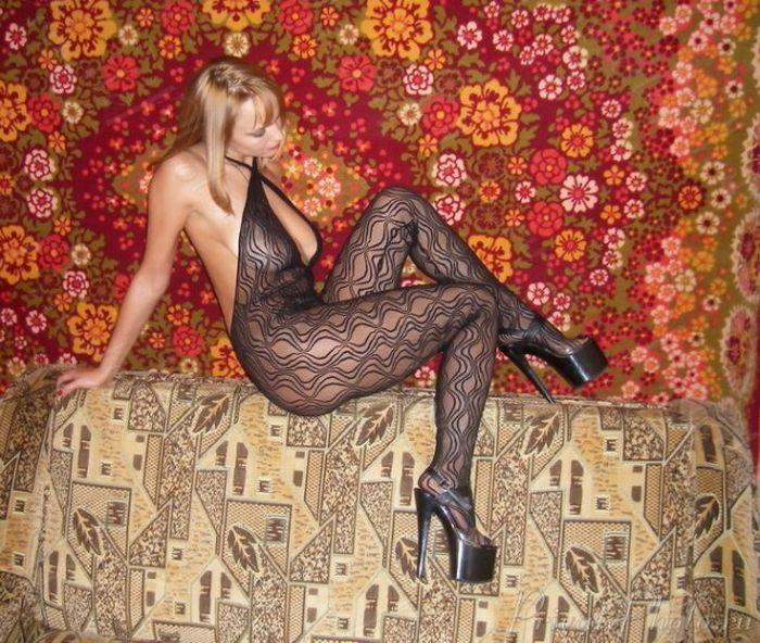 Симпатичные девушки у ковров и на коврах (44 фото)