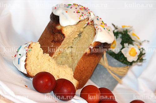 Остывшие куличи смазать взбитой белково-сахарной массой, посыпать разноцветными украшениями.