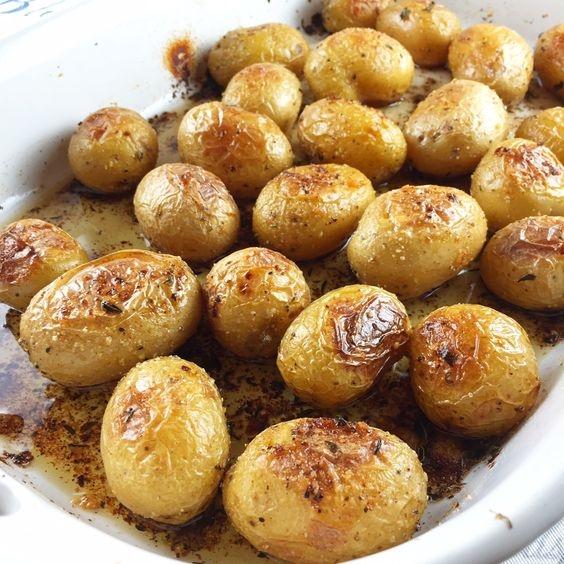 Салат из молодого картофеля с помидорами и сардинами