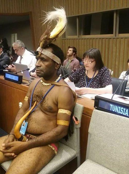В Нью-Йорке на заседание ООН пришел папуас в национальном костюме