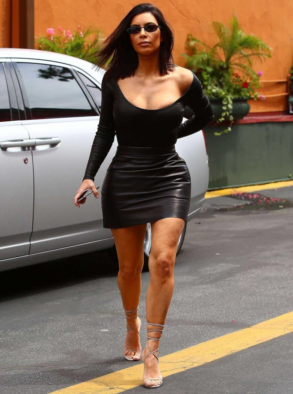 Ким Кардашьян в кожаном платье