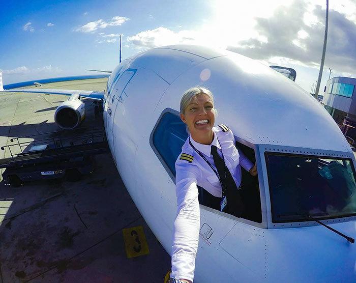 красивая стюардесса сосет у пилота в самолете на фото