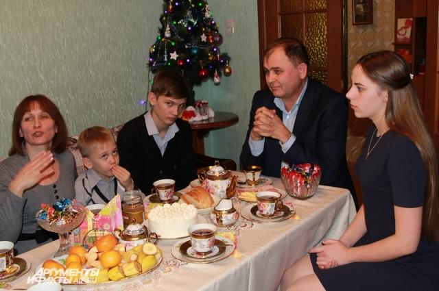 Любить и оберегать. О чём мечтают дети-сироты в новогодние праздники?