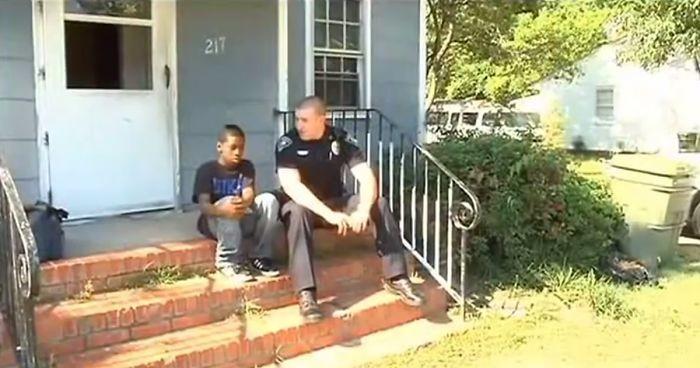 Полицейский скрасил жизнь 13-летнего мальчика из бедной семьи