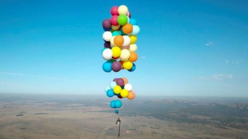 Вверх! Британец пролетел на воздушных шариках 25 километров