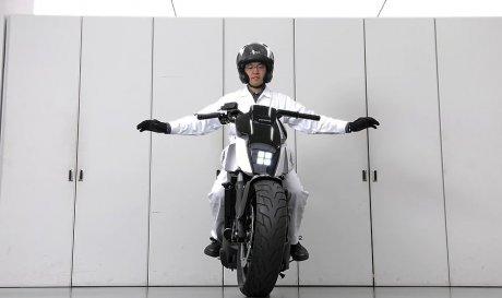 Никогда не падающий мотоцикл Honda, который может ехать вслед за хозяином