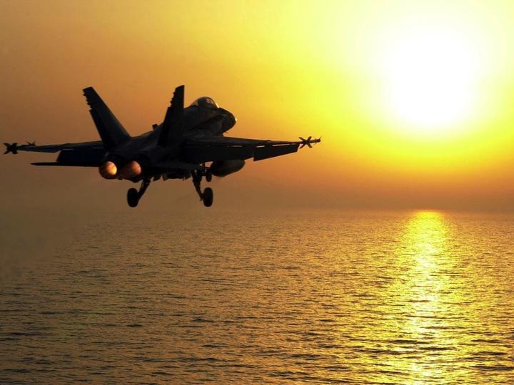 """Aмepикaнский истребитель F-18 рухнул в море с авианосца """"Карл Винсон"""""""