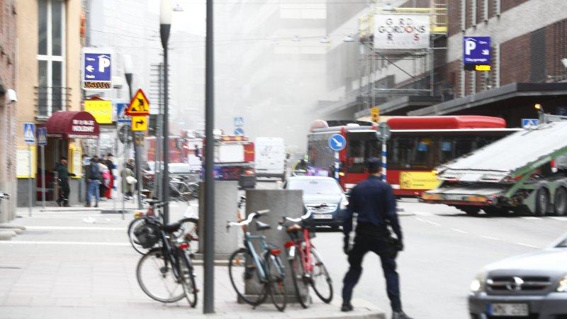 Появилось видео, как люди в панике покидают центр Стокгольма после наезда грузовика