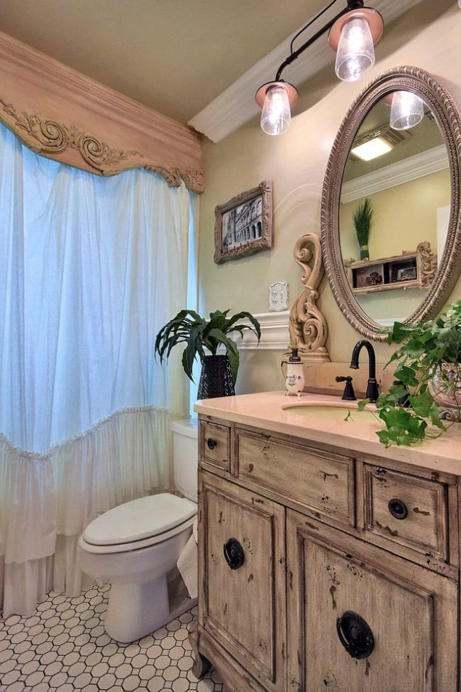 Использование лепнины и старинных вещей в интерьере ванной комнаты в стиле прованс является неотъемлемым атрибутом деревенского стиля