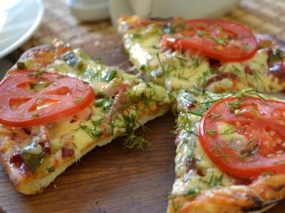 Пицца с солеными огурцами.