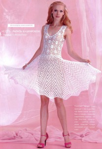 Нежное белое вязаное крючком платье клёш