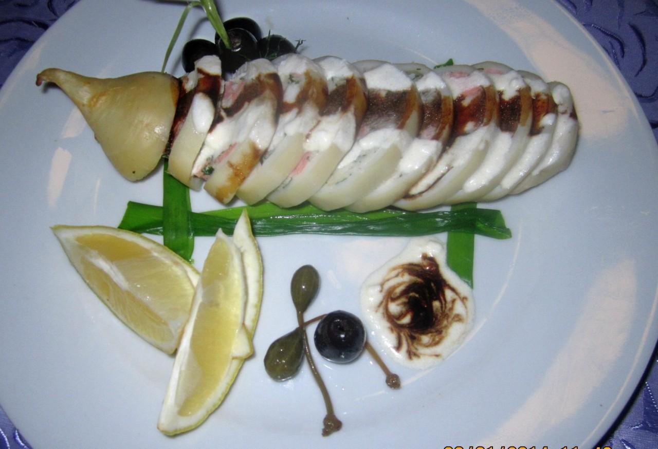 Фаршированный кальмар с сырным соусом