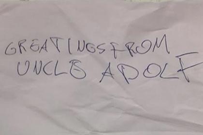 Amazon напугал еврейку запиской с «приветом от дяди Адольфа»