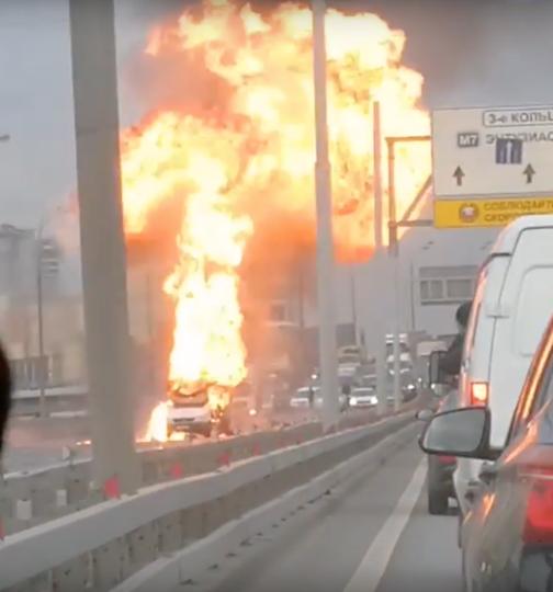 Микроавтобус взорвался на ТТК в Москве. Видео