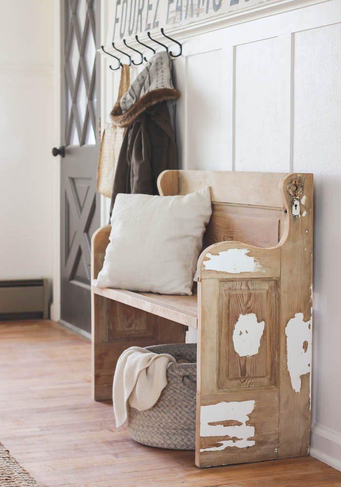 Скамья из старой деревянной двери