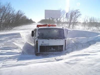 Как фуры попадают в снежный плен. Замерзшие грузовики