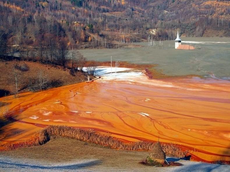 Красное озеро: удивительно красивые последствия экологической катастрофы