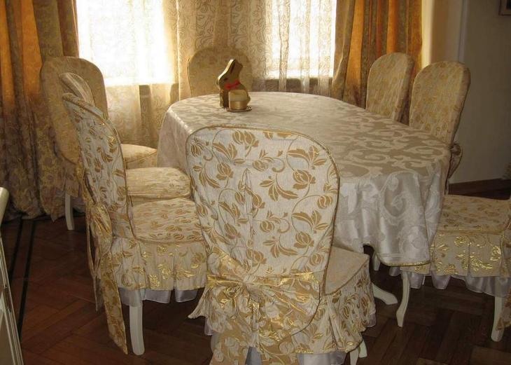 Праздничное оформление стола кухни в классическом стиле гармонично дополнят чехлы для стульев, выполненные в одной дизайнерской концепции со скатертью