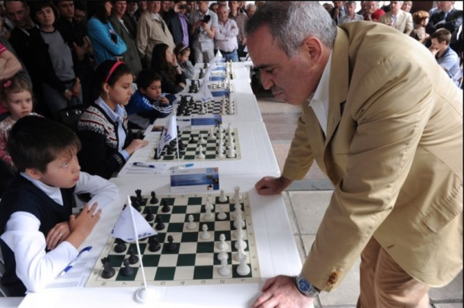 Каспаров сыграл вничью с Кар…