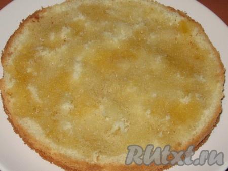 Одну часть бисквита положить на блюдо, равномерно полить сиропом.