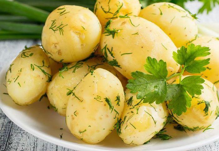 Добавление рассола в воду придаст отварной картошке пикантный вкус. /Фото: fitawards.com