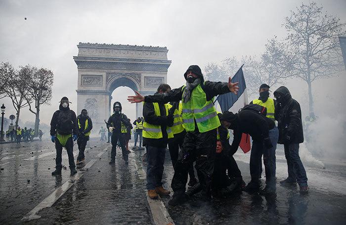 Тяжелый понедельник для французской власти