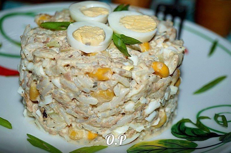 Обалденный рыбный салат с рисом и кукурузой