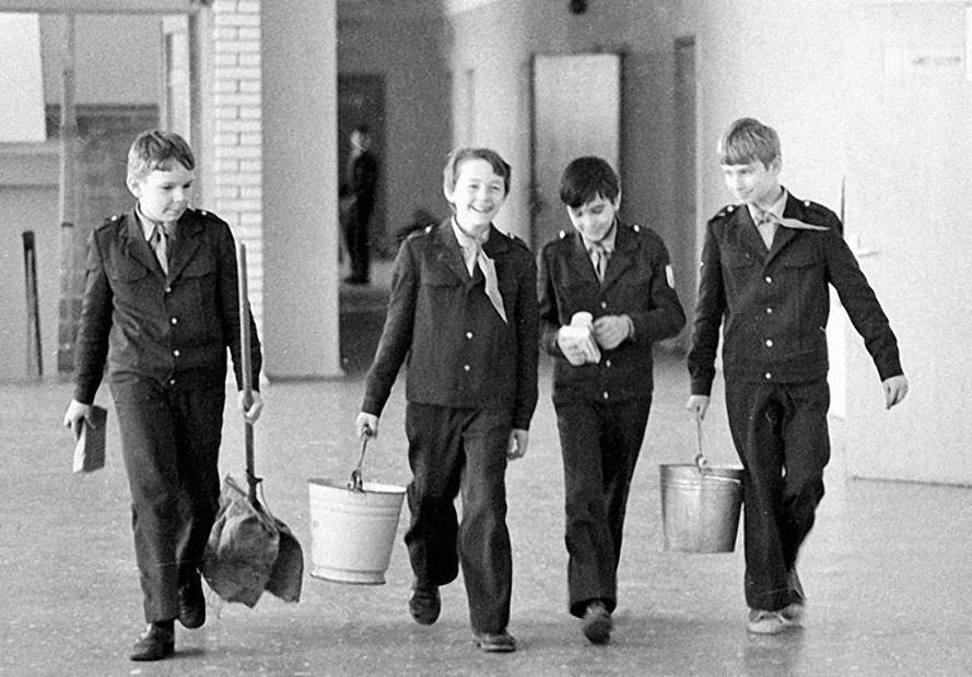 Дежурство в школе уже не то! А вы помните, как это было?