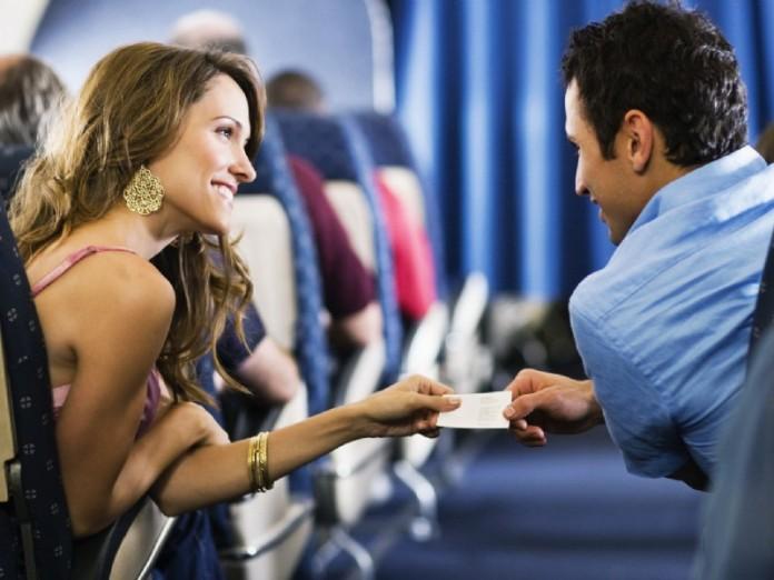 В самолете к мужчине подсела красивая дама. И .....